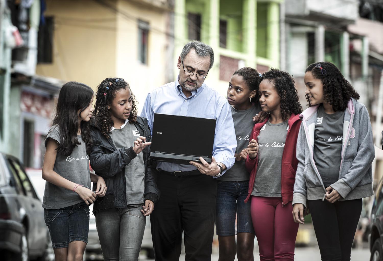 Professor Ed Canaes com estudantes de uma favela do Rio de Janeiro.